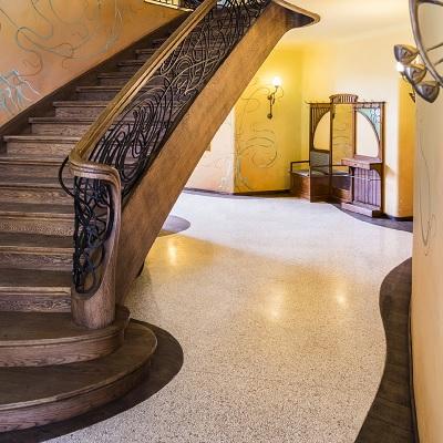 heller Terrazzo mit Holztreppe Berlin Foyers