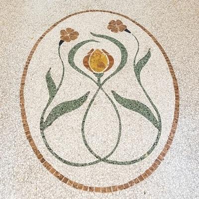Blumenornament in hellem Terrazzo