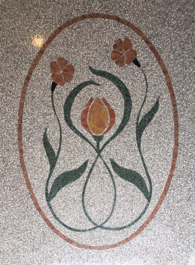 Arabeske Blumenornament mit hellem Terrazzo