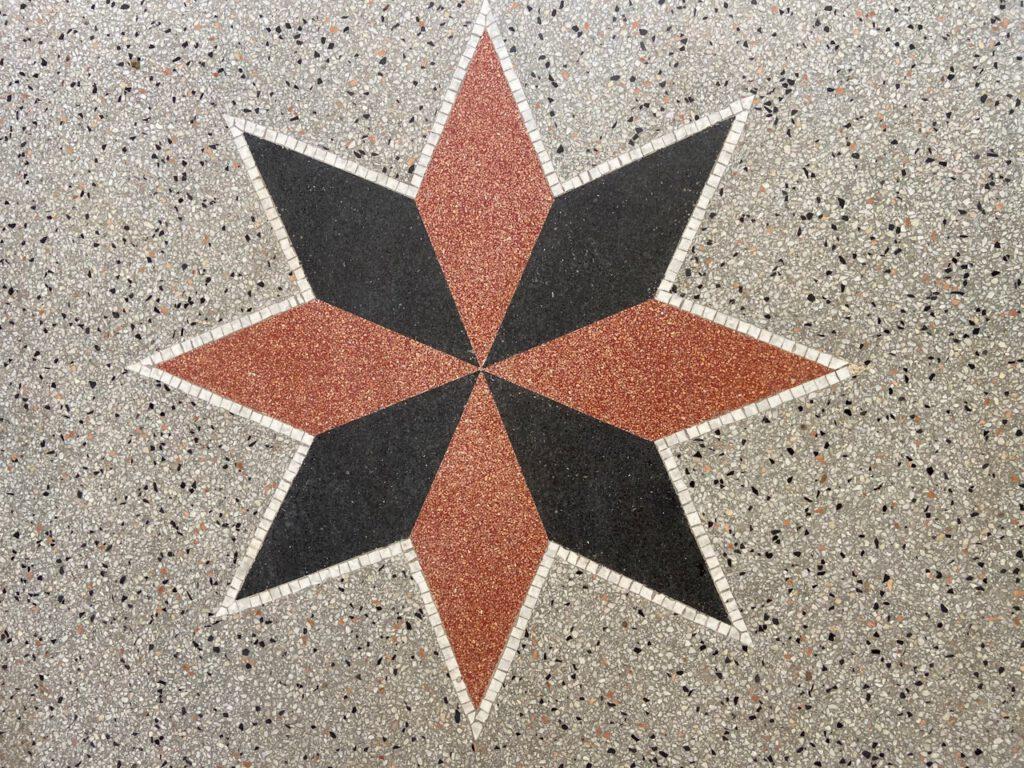 Rot schwarzer Stern auf Terrazzo