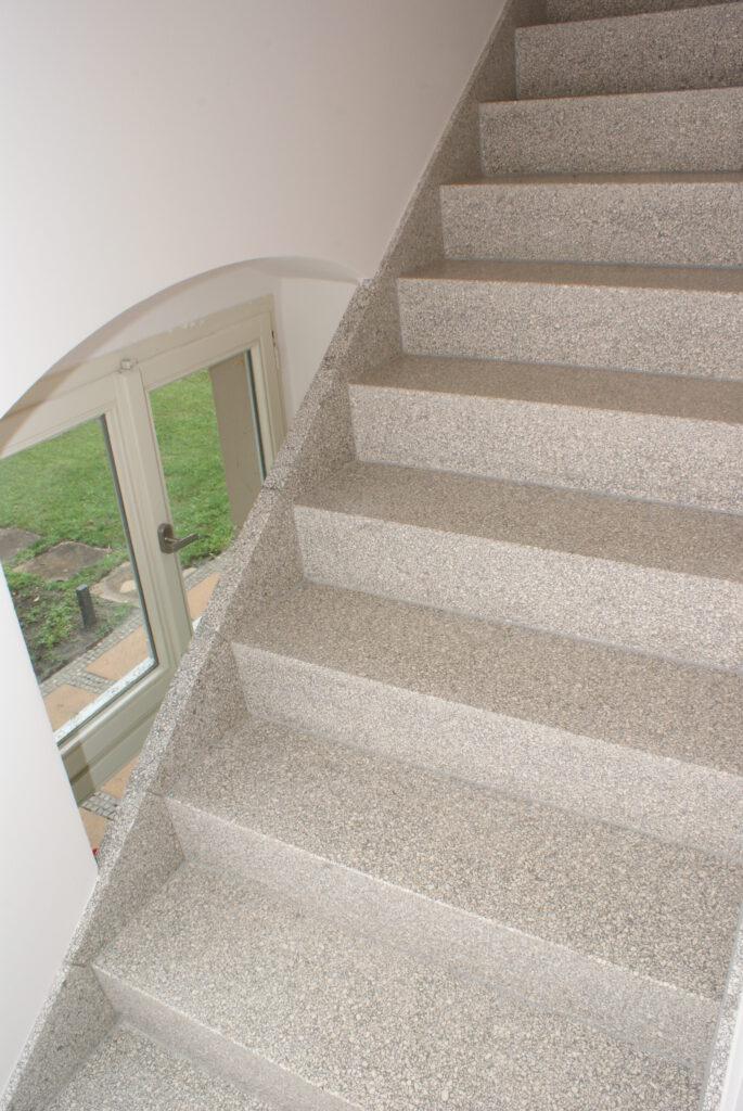 Treppe mit hellem Betonwerkstein