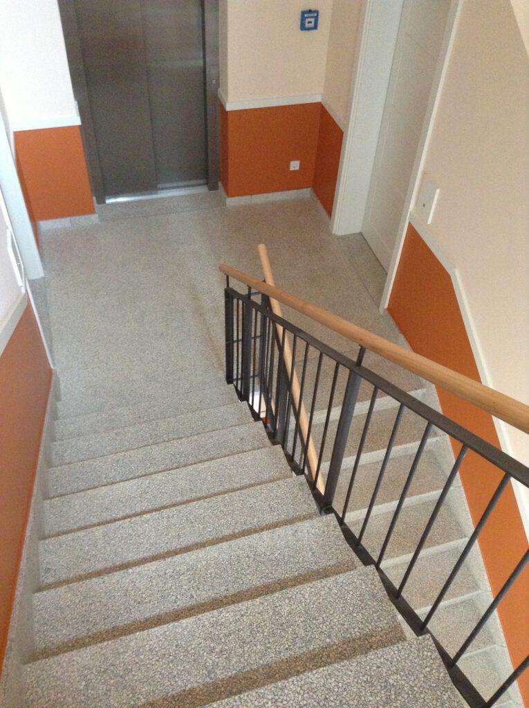 Treppenhaus mit hellem Betonwerkstein