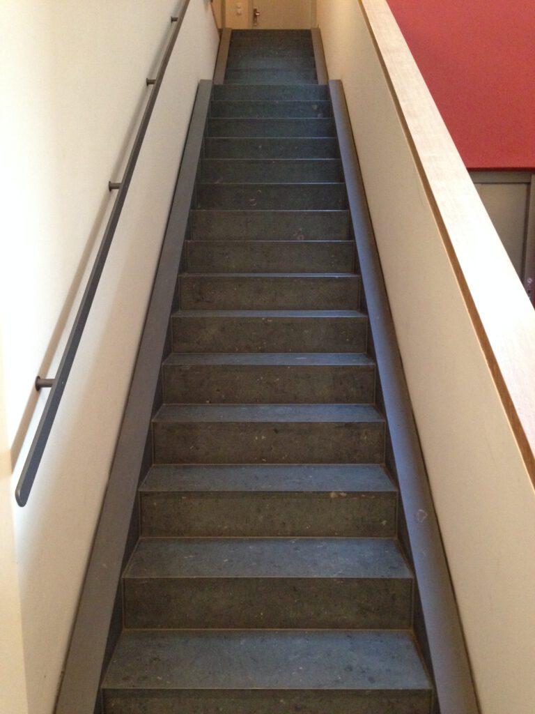 Treppe aus schwarzem Terrazzo mit Handlauf